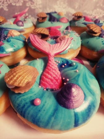 Vele soorten gedecoreerde donuts