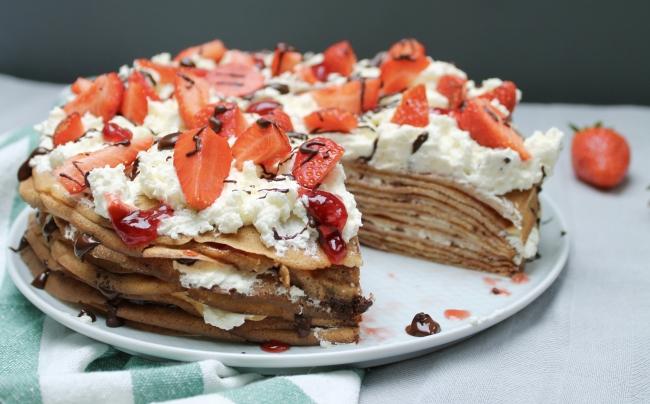 Pannenkoeken taart met aardbei en chocolade