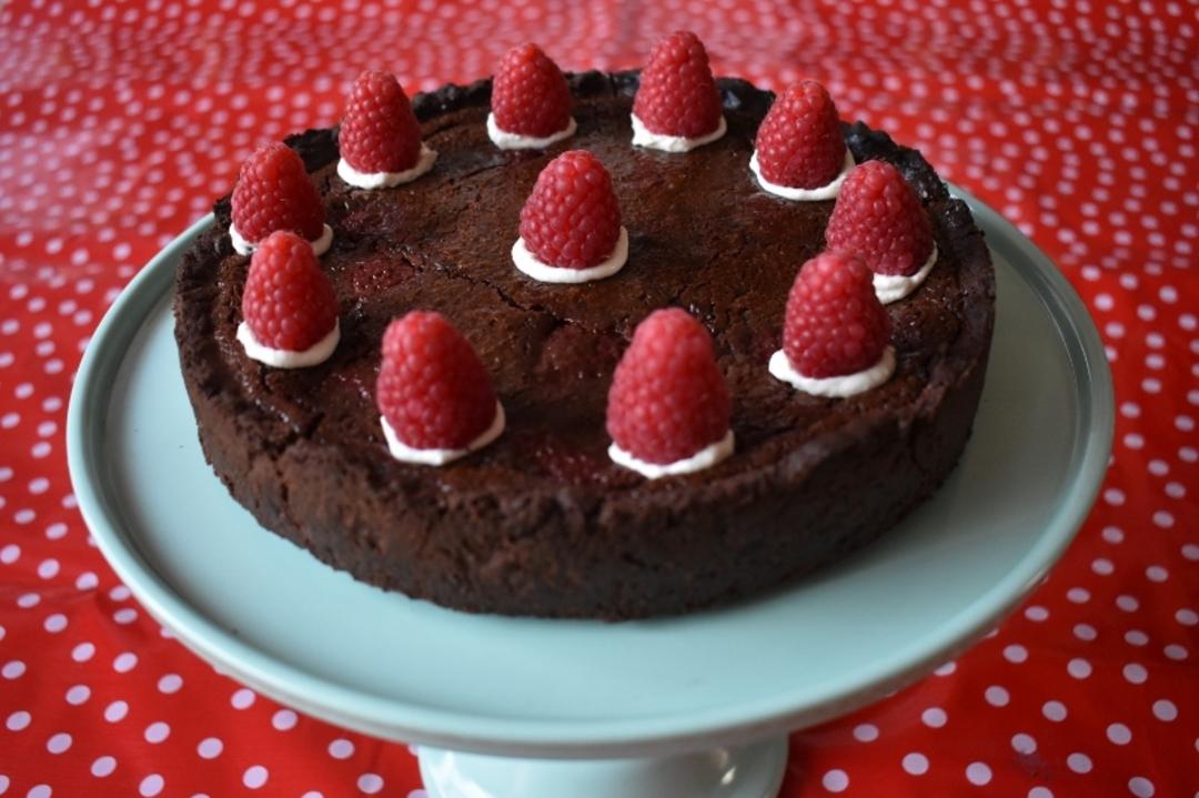 Pure chocoladetaart met chocolademousse en rood fruit