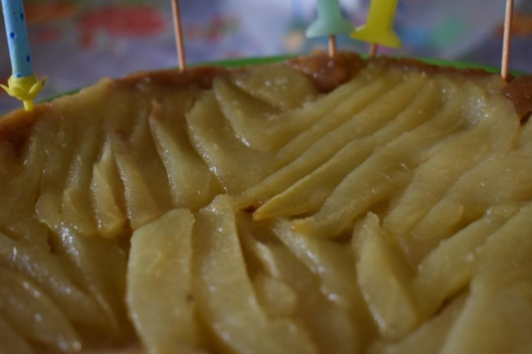 Peren tarte tatin met zelfgemaakt amandelspijs